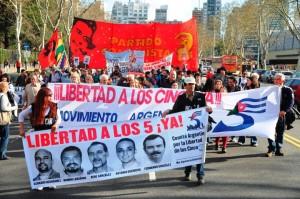 20111104133119-manifestacion-en-argentina-por-los-cinco-5-300x199.jpg