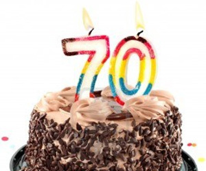 20130905151308-6972141-pastel-de-chocolate-de-cumpleanos-rodeado-de-confeti-con-una-vela-encendida-para-una-celebracion-de-.jpg