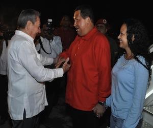 20111202123355-el-presidente-venezolano-hugo-chavez-fue-recibido-por-su-homologo-cubano-raul-castro-estudios-revolucion-580x4351.jpg