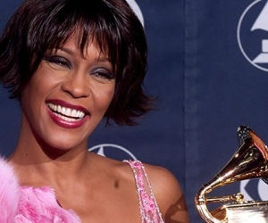 20120323193602-whitney-houston-premios-grammy.jpg